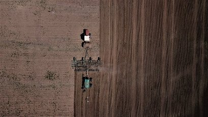 (200531) -- NUR-SULTAN, May 31, 2020 (Xinhua) -- Aerial photo taken on May 30, 2020 shows farmers plowing and sowing grain seeds in a farm in Akmol village, Akmola Region, Kazakhstan. (Photo by Kalizhan Ospanov\/Xinhua)