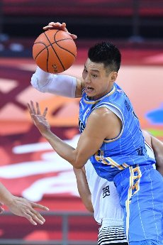 (200716) -- QINGDAO, July 16, 2020 (Xinhua) -- Jeremy Lin of Beijing Ducks competes during a match between Beijing Ducks and Shenzhen Aviators at the 2019-2020 Chinese Basketball Association (CBA) league in Qingdao, east China\'s Shandong Province, July 16, 2020. (Xinhua\/Zhu Zheng