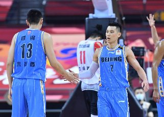 (200716) -- QINGDAO, July 16, 2020 (Xinhua) -- Jeremy Lin (R) of Beijing Ducks greets his teammate Zhu Yanxi during a match between Beijing Ducks and Shenzhen Aviators at the 2019-2020 Chinese Basketball Association (CBA) league in Qingdao, east China\'s Shandong Province, July 16, 2020. (Xinhua\/Zhu Zheng