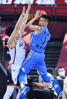 (200716) -- QINGDAO, July 16, 2020 (Xinhua) -- Jeremy Lin (R) of Beijing Ducks goes for the basket during a match between Beijing Ducks and Shenzhen Aviators at the 2019-2020 Chinese Basketball Association (CBA) league in Qingdao, east China\'s Shandong Province, July 16, 2020. (Xinhua\/Zhu Zheng