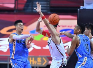 (200716) -- QINGDAO, July 16, 2020 (Xinhua) -- Jeremy Lin (1st L) of Beijing Ducks passes the ball during a match between Beijing Ducks and Shenzhen Aviators at the 2019-2020 Chinese Basketball Association (CBA) league in Qingdao, east China\'s Shandong Province, July 16, 2020. (Xinhua\/Zhu Zheng
