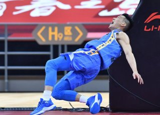 (200716) -- QINGDAO, July 16, 2020 (Xinhua) -- Jeremy Lin of Beijing Ducks falls over during a match between Beijing Ducks and Shenzhen Aviators at the 2019-2020 Chinese Basketball Association (CBA) league in Qingdao, east China\'s Shandong Province, July 16, 2020. (Xinhua\/Zhu Zheng