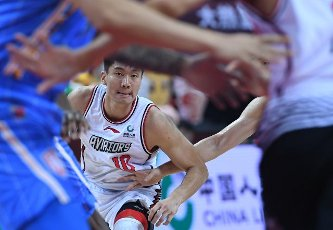 (200716) -- QINGDAO, July 16, 2020 (Xinhua) -- Bai Haotian of Shenzhen Aviators competes during a match between Beijing Ducks and Shenzhen Aviators at the 2019-2020 Chinese Basketball Association (CBA) league in Qingdao, east China\'s Shandong Province, July 16, 2020. (Xinhua\/Zhu Zheng