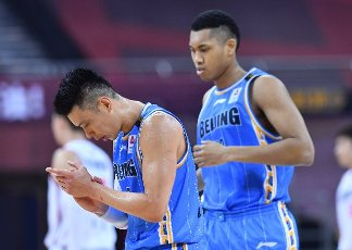 (200716) -- QINGDAO, July 16, 2020 (Xinhua) -- Jeremy Lin (L) of Beijing Ducks reacts during a match between Beijing Ducks and Shenzhen Aviators at the 2019-2020 Chinese Basketball Association (CBA) league in Qingdao, east China\'s Shandong Province, July 16, 2020. (Xinhua\/Zhu Zheng