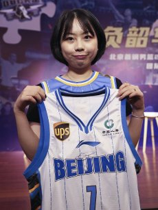 (200812) -- BEIJING, Aug. 12, 2020 (Xinhua) -- Huang Leyi, a fan of Beijing Ducks men\'s basketball team, poses with a jersey autographed by player Jeremy Lin during a event held by Beijing Ducks men\'s basketball team to acknowledge fans in Beijing, capital of China, Aug. 12, 2020. (Xinhua\/Meng Yongmin