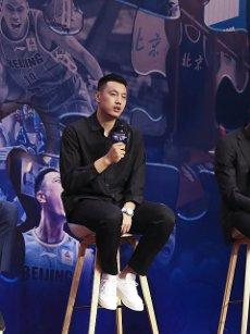 (200812) -- BEIJING, Aug. 12, 2020 (Xinhua) -- Beijing Ducks men\'s basketball team player Zhai Xiaochuan answers to media during a event held by Beijing Ducks men\'s basketball team to acknowledge fans in Beijing, capital of China, Aug. 12, 2020. (Xinhua\/Meng Yongmin