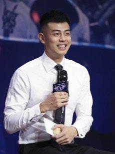(200812) -- BEIJING, Aug. 12, 2020 (Xinhua) -- Beijing Ducks men\'s basketball team player Fang Shuo answers to media during a event held by Beijing Ducks men\'s basketball team to acknowledge fans in Beijing, capital of China, Aug. 12, 2020. (Xinhua\/Meng Yongmin