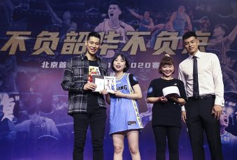 (200812) -- BEIJING, Aug. 12, 2020 (Xinhua) -- Beijing Ducks men\'s basketball team player Jeremy Lin (1st L) and Fang Shuo (1st R) pose with fans during a event held by Beijing Ducks men\'s basketball team to acknowledge fans in Beijing, capital of China, Aug. 12, 2020. (Xinhua\/Meng Yongmin