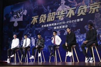 (200812) -- BEIJING, Aug. 12, 2020 (Xinhua) -- Beijing Ducks men\'s basketball team coach Xie Libin (3rd R) answers to media during a event held by Beijing Ducks men\'s basketball team to acknowledge fans in Beijing, capital of China, Aug. 12, 2020. (Xinhua\/Meng Yongmin