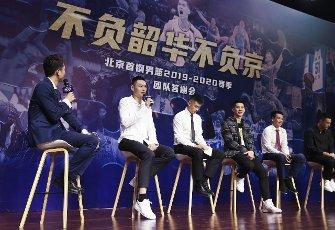 (200812) -- BEIJING, Aug. 12, 2020 (Xinhua) -- Beijing Ducks men\'s basketball team player Zhu Yanxi (2nd L) answers to media during a event held by Beijing Ducks men\'s basketball team to acknowledge fans in Beijing, capital of China, Aug. 12, 2020. (Xinhua\/Meng Yongmin