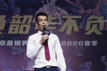 (200812) -- BEIJING, Aug. 12, 2020 (Xinhua) -- Beijing Ducks men\'s basketball team coach Xie Libin delivers a speech during a event held by Beijing Ducks men\'s basketball team to acknowledge fans in Beijing, capital of China, Aug. 12, 2020. (Xinhua\/Meng Yongmin