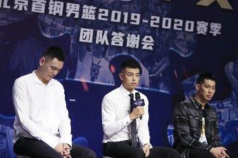 (200812) -- BEIJING, Aug. 12, 2020 (Xinhua) -- Beijing Ducks men\'s basketball team player Fang Shuo (C) answers to media during a event held by Beijing Ducks men\'s basketball team to acknowledge fans in Beijing, capital of China, Aug. 12, 2020. (Xinhua\/Meng Yongmin