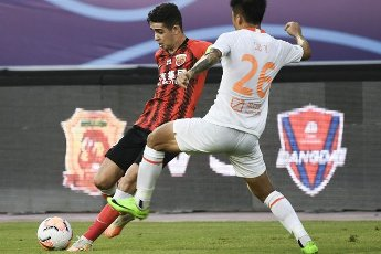 (200812) -- SUZHOU, Aug. 12, 2020 (Xinhua) -- Oscar (L) of Shanghai SIPG competes during the fourth round match between Shanghai SIPG and Wuhan Zall at the postponed 2020 season Chinese Football Association Super League (CSL) Suzhou Division in Suzhou, east China\'s Jiangsu Province, Aug. 12, 2020. (Xinhua\/Han Yuqing