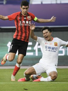(200812) -- SUZHOU, Aug. 12, 2020 (Xinhua) -- Ming Tian (R) of Wuhan Zall vies with Oscar of Shanghai SIPG during the fourth round match between Shanghai SIPG and Wuhan Zall at the postponed 2020 season Chinese Football Association Super League (CSL) Suzhou Division in Suzhou, east China\'s Jiangsu Province, Aug. 12, 2020. (Xinhua\/Han Yuqing