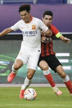 (200812) -- SUZHOU, Aug. 12, 2020 (Xinhua) -- Ming Tian (L) of Wuhan Zall vies with Oscar of Shanghai SIPG during the fourth round match between Shanghai SIPG and Wuhan Zall at the postponed 2020 season Chinese Football Association Super League (CSL) Suzhou Division in Suzhou, east China\'s Jiangsu Province, Aug. 12, 2020. (Xinhua\/Han Yuqing