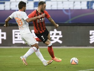 (200812) -- SUZHOU, Aug. 12, 2020 (Xinhua) -- Marko Arnautovic (R) of Shanghai SIPG tries to shoot during the fourth round match between Shanghai SIPG and Wuhan Zall at the postponed 2020 season Chinese Football Association Super League (CSL) Suzhou Division in Suzhou, east China\'s Jiangsu Province, Aug. 12, 2020. (Xinhua\/Han Yuqing