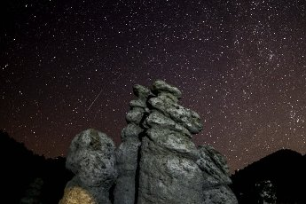 (200812) -- SKOPJE, Aug. 12, 2020 (Xinhua) -- The long-time exposure photo taken on Aug. 11, 2020 shows a meteor streaking past stars in the night sky near Skopje, North Macedonia. (Photo by Tomislav Georgiev\/Xinhua