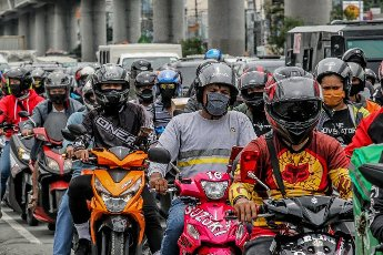 (200812) -- MANILA, Aug. 12, 2020 (Xinhua) -- Motorcyclists wait in line at a quarantine checkpoint in Manila, the Philippines, on Aug. 12, 2020. The number of confirmed coronavirus disease (COVID-19) cases in the Philippines surged to 143,749 after the Department of Health (DOH) reported 4,444 new daily cases on Wednesday. (Xinhua\/Rouelle Umali