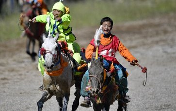 (200812) -- NAGQU, Aug. 12, 2020 (Xinhua) -- Young riders compete during the preliminary round of 8km horse race at a traditional horse racing festival in Nagqu of southwest China\'s Tibet Autonomous Region, Aug. 12, 2020. 13-year-old rider Po Karyu from Nyainrong County claimed the title in the final. (Xinhua\/Zhang Rufeng