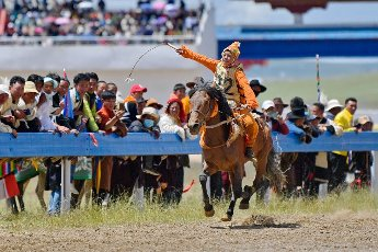 (200812) -- NAGQU, Aug. 12, 2020 (Xinhua) -- Young rider Po Karyu competes during the final of 8km horse race at a traditional horse racing festival in Nagqu of southwest China\'s Tibet Autonomous Region, Aug. 12, 2020. 13-year-old rider Po Karyu from Nyainrong County claimed the title in the final. (Xinhua\/Zhang Rufeng