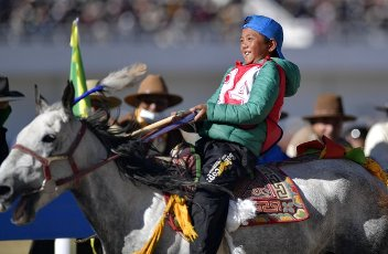 (200812) -- NAGQU, Aug. 12, 2020 (Xinhua) -- Young rider Tenpa Rigsang competes during the preliminary round of 8km horse race at a traditional horse racing festival in Nagqu of southwest China\'s Tibet Autonomous Region, Aug. 12, 2020. 13-year-old rider Po Karyu from Nyainrong County claimed the title in the final. (Xinhua\/Zhang Rufeng