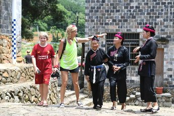 (200812) -- NINGDE, Aug. 12, 2020 (Xinhua) -- Zhong Lianjiao (3rd L), together with other villagers, accompanies tourists from Germany to view ancient houses at Banyueli Village in Xiapu County, southeast China\'s Fujian Province, Aug. 5, 2020. It\'s common to see Zhong Lianjiao, an 89-year-old She ethnic group woman always in traditional She costumes, introduce the cultures of She ethnic group to tourists visiting the ancient Banyueli village. Living in the village for decades of years, Zhong has been making efforts to promote the village\'s tourism by introducing local cultures to tourists. Banyueli is a village where cultural relics and folk customs of She ethnic group are well preserved. (Xinhua\/Lin Shanchuan