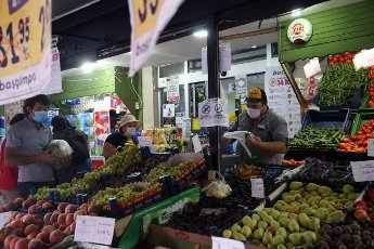 (200812) -- ANKARA, Aug. 12, 2020 (Xinhua) -- People wearing masks select fruits at a stall in Ankara, Turkey, on Aug. 12, 2020. Turkey confirmed 1,212 new COVID-19 cases on Wednesday, raising the total diagnosed cases to 244,392. Meanwhile, 18 people died in the past 24 hours, taking the death toll to 5,891. A total of 934 patients recovered in the last 24 hours, raising the total recoveries to 227,089 in Turkey since the outbreak. (Photo by Mustafa Kaya\/Xinhua