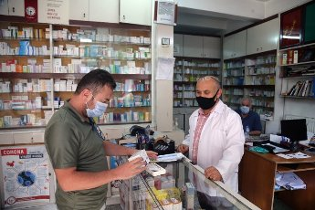 (200812) -- ANKARA, Aug. 12, 2020 (Xinhua) -- A customer wearing a mask buys medicine at a pharmacy in Ankara, Turkey, on Aug. 12, 2020. Turkey confirmed 1,212 new COVID-19 cases on Wednesday, raising the total diagnosed cases to 244,392. Meanwhile, 18 people died in the past 24 hours, taking the death toll to 5,891. A total of 934 patients recovered in the last 24 hours, raising the total recoveries to 227,089 in Turkey since the outbreak. (Photo by Mustafa Kaya\/Xinhua