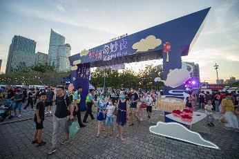 """(200815) -- HANGZHOU, Aug. 15, 2020 (Xinhua) -- People visit the """"Amazing Night in Hangzhou"""" cultural and tourism market in Hangzhou, east China\'s Zhejiang Province, Aug. 14, 2020. (Photo by Jiang Han\/Xinhua"""