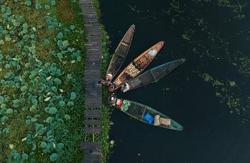 (201001) -- SRINAGAR, Oct. 1, 2020 (Xinhua) -- Aerial photo taken on Oct. 1, 2020 shows boats containing vegetables on the Dal Lake in Srinagar city, the summer capital of Indian-controlled Kashmir. (Xinhua\/Javed Dar