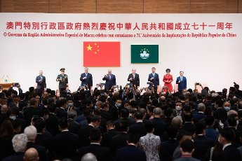 (201001) -- MACAO, Oct. 1, 2020 (Xinhua) -- Guests propose a toast during a reception celebrating the 71st anniversary of the founding of the People\'s Republic of China in Macao, south China, Oct. 1, 2020. (Xinhua\/Cheong Kam Ka