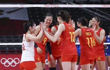 (210801) -- TOKYO, July 31, 2021 (Xinhua) -- Players of China celebrate during the women\'s volleyball preliminary round match between China and Italy at Tokyo 2020 Olympic Games in Tokyo, Japan, on July 31, 2021. (Xinhua\/Ding Ting