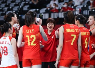 (210801) -- TOKYO, July 31, 2021 (Xinhua) -- Lang Ping (C), head coach of China, gives instructions to players during the women\'s volleyball preliminary round match between China and Italy at Tokyo 2020 Olympic Games in Tokyo, Japan, on July 31, 2021. (Xinhua\/Ding Ting
