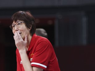 (210801) -- TOKYO, July 31, 2021 (Xinhua) -- Lang Ping, head coach of China, reacts during the women\'s volleyball preliminary round match between China and Italy at Tokyo 2020 Olympic Games in Tokyo, Japan, on July 31, 2021. (Xinhua\/Ding Ting