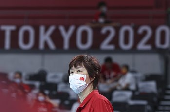 (210801) -- TOKYO, July 31, 2021 (Xinhua) -- Lang Ping, head coach of China, reacts before the women\'s volleyball preliminary round match between China and Italy at Tokyo 2020 Olympic Games in Tokyo, Japan, on July 31, 2021. (Xinhua\/Ding Ting