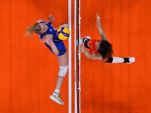 (210801) -- TOKYO, July 31, 2021 (Xinhua) -- Wang Yuanyuan (R) of China competes during the women\'s volleyball preliminary round match between China and Italy at Tokyo 2020 Olympic Games in Tokyo, Japan, on July 31, 2021. (Xinhua\/Xu Zijian
