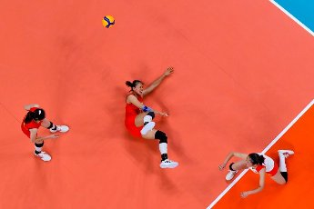 (210801) -- TOKYO, July 31, 2021 (Xinhua) -- Gong Xiangyu (C) of China competes during the women\'s volleyball preliminary round match between China and Italy at Tokyo 2020 Olympic Games in Tokyo, Japan, on July 31, 2021. (Xinhua\/Xu Zijian