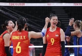 (210801) -- TOKYO, July 31, 2021 (Xinhua) -- Yuan Xinyue (1st L) and Zhang Changning (3rd L) of China celebrate during the women\'s volleyball preliminary round match between China and Italy at Tokyo 2020 Olympic Games in Tokyo, Japan, on July 31, 2021. (Xinhua\/Ding Ting