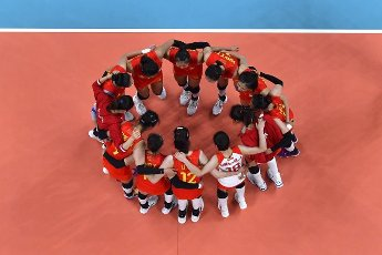 (210801) -- TOKYO, July 31, 2021 (Xinhua) -- Players of China celebrate after winning the women\'s volleyball preliminary round match between China and Italy at Tokyo 2020 Olympic Games in Tokyo, Japan, on July 31, 2021. (Xinhua\/Xu Zijian