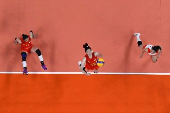 (210801) -- TOKYO, July 31, 2021 (Xinhua) -- Li Yingying (C) of China competes during the women\'s volleyball preliminary round match between China and Italy at Tokyo 2020 Olympic Games in Tokyo, Japan, on July 31, 2021. (Xinhua\/Xu Zijian