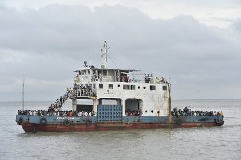 (210731) -- MUNSHIGANJ, July 31, 2021 (Xinhua) -- A Dhaka-bounded ferry is seen packed with travellers in Munshiganj on the outskirts of Dhaka, Bangladesh, on July 31, 2021. Thousands of people, mostly garment workers, Saturday used ferries and even walked to reach back to their places of employment in the industrial belts in and around Bangladesh capital Dhaka as the government decided to allow export-oriented factories to resume production on Aug. 1 amid the ongoing COVID-19 lockdown. (Xinhua