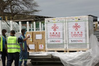 (210731) -- ZANZIBAR, July 31, 2021 (Xinhua) -- Workers prepare to transfer China-donated COVID-19 vaccines at the Abeid Amani Karume International Airport in Zanzibar, Tanzania, on July 31, 2021. Tanzania\'s Zanzibar on Saturday received a batch of Sinovac COVID-19 vaccines and syringes donated by China. (Photo by Herman Emmanuel\/Xinhua