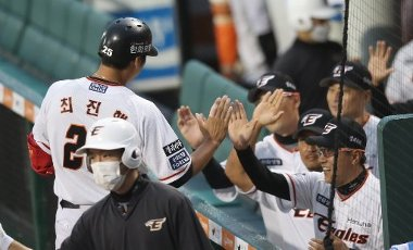 Hanwha player celebrates three-run homerun Hanwha Eagles\' outfielder Choi Jin-hang (L) celebrates his three-run homer with his teammates at the dugout at a Korea Baseball Organization match against the SK Wyverns at the team\'s home in Daejeon, 164 kilometers south of Seoul, on July 13, 2020. (Yonhap)\/2020-07-13 19:57:57\/ < 1980-2020 YONHAPNEWS AGENCY.