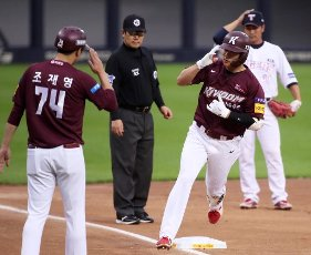 Kim Ha-seong\'s homer salute Kiwoom Heroes\' Kim Ha-seong salutes his teammate as he touches third base on his way to the home plate after hitting his 12th homerun of this season at a Korea Baseball Organization match against the Kia Tigers, in Gwangju, 330 kilometers, south of Seoul, on July 13, 2020. (Yonhap)\/2020-07-13 19:57:35\/ < 1980-2020 YONHAPNEWS AGENCY.