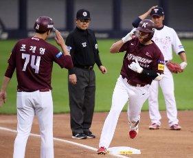 Kim Ha-seong\'s homer salute Kiwoom Heroes\' Kim Ha-seong salutes his teammate as he touches third base on his way to the home plate after hitting his 12th homerun of this season at a Korea Baseball Organization match against the Kia Tigers, in Gwangju, 330 kilometers, south of Seoul, on July 13, 2020. (Yonhap)\/2020-07-13 19:57:35\/ < 1980-2020 YONHAPNEWS AGENCY.