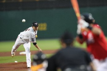 Hanwha\'s Jang Si-hwan opens against SK Wyverns Hanwha Eagles\' pitcher Jang Si-hwan opens for his team against the SK Wyverns at a Korea Baseball Organization match at the team\'s home in Daejeon, 164 kilometers south of Seoul, on July 13, 2020. (Yonhap)\/2020-07-13 19:57:05\/ < 1980-2020 YONHAPNEWS AGENCY.