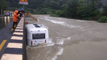 Camper trailer caught in flooded stream A travel trailer is stuck in a flooded stream in Daegu, 300 kilometers southeast of Seoul, on July 2020, as torrential rain caused water to rise suddenly on the embankment. (Yonhap)\/2020-07-13 19:59:33\/ < 1980-2020 YONHAPNEWS AGENCY.