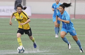 Women\'s football league game under way in Seoul Sejong Sportstoto Women\'s Football Club\'s defender Kwak Min-jeong (L) and Seoul City WFC\'s Lee Ye-eun compete for the ball at a Women\'s Football League match in southern Seoul on July 13, 2020. (Yonhap)\/2020-07-13 19:58:43\/ < 1980-2020 YONHAPNEWS AGENCY.