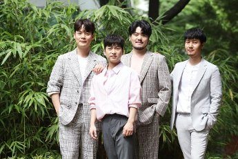 Phantom Singer 3\'s winning team La Poem, the winning team of the cable network JTBC\'s singing audition program Phantom Singer 3, poses for a photo prior to an interview with Yonhap News Agency in Seoul on July 16, 2020. (Yonhap)\/2020-07-16 22:11:18\/ < 1980-2020 YONHAPNEWS AGENCY.