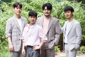 Phantom Singer 3\'s winning team La Poem, the winning team of the cable network JTBC\'s singing audition program Phantom Singer 3, poses for a photo prior to an interview with Yonhap News Agency in Seoul on July 16, 2020. (Yonhap)\/2020-07-16 22:11:25\/ < 1980-2020 YONHAPNEWS AGENCY.
